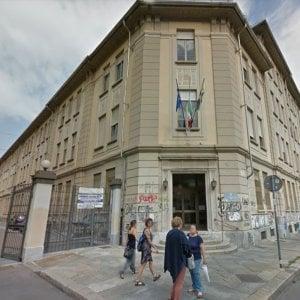 Torino, ragazzini delle medie rapinati da venditori abusivi di penne