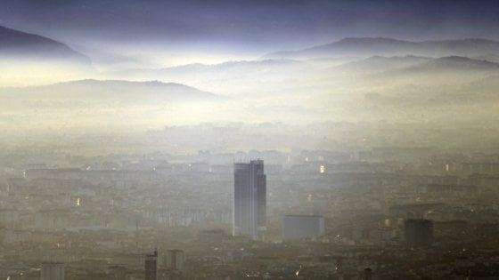 Torino, soltanto sabato il vento spazzerà via lo smog