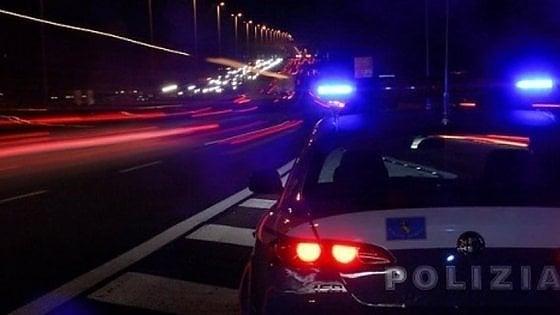 Torino, esce di strada e resta seduto per ore accanto all'auto distrutta: salvato nella notte dalla Stradale