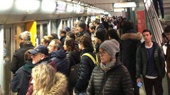 Torino, malore di una passeggera: metrò bloccato 15 minuti, folla e disagi all'ora di punta
