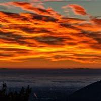 Torino, alba infuocata: cielo mozzafiato sopra la Val Sangone