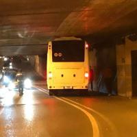Collegno, il bus resta incastrato nel sottopasso troppo basso