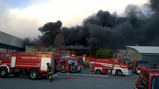 Borgaro, brucia una fabbrica di inchiostri: in fiamme materi