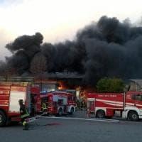 Borgaro, brucia una fabbrica di inchiostri: in fiamme materie plastiche,