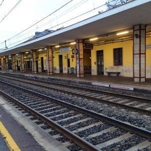 Settimo, ragazzino scivola sui binari mentre arriva il treno: grande paura, resta illeso