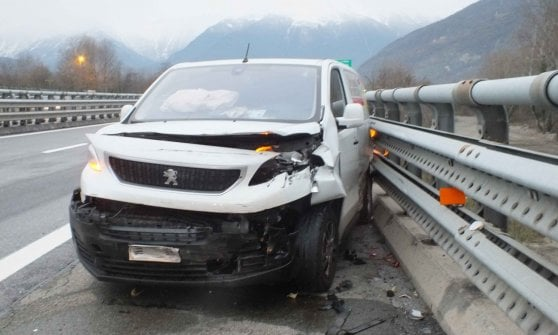 Con il suv sperona un furgone in autostrada e scappa: fermato prima del confine al Fréjus