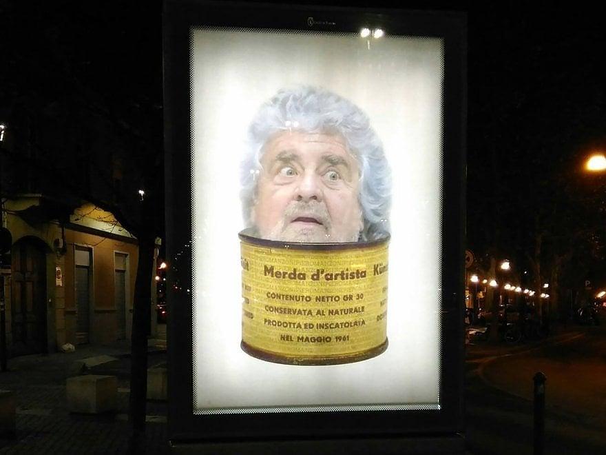 """Grillo e la scatoletta di """"merda d'artista"""": il Banksy torinese attacca il Movimento 5 Stelle"""