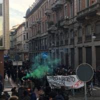 Torino, tensione in centro per il corteo di trecento anarchici contro Salvini