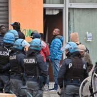 Torino, sgomberate dai migranti le cantine dell'ex Villaggio olimpico: stavolta saranno...