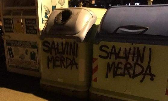 """Scritte contro Salvini nel Torinese. Il vicepremier: """"Sfigati amici dei clandestini"""""""