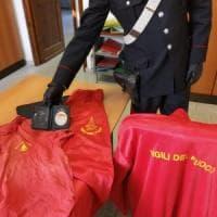 Torino, si traveste da vigile del fuoco per svaligiare appartamenti: denunciato