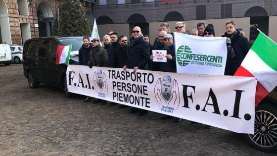 """Torino, protestano gli autisti dei veicoli a noleggio: """"Obbligati a rientrare dopo ogni viaggio"""""""