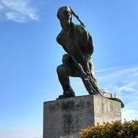 Rubata la statua in bronzo del vignaiolo, simbolo delle colline di Langa