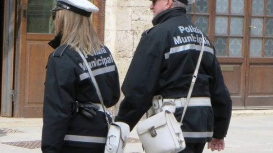 Borgaro, un'agente aggredita mentre fa la multa: denunciato un uomo