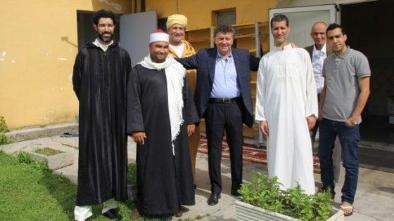 Trino, giù il muro nella moschea: per la prima volta in Italia donne e uomini pregheranno assieme