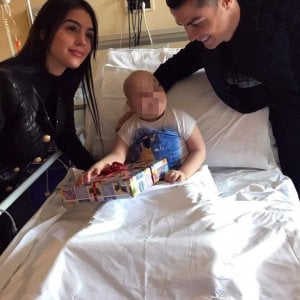 Ronaldo e Georgina fanno visita ai piccoli pazienti dell'ospedale di Torino
