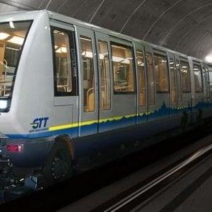 Torino, va al primo appuntamento con una ragazza in metrò. Ma lei lo snobba
