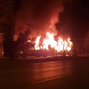 Torino: autobus prende fuoco nella notte, paura al villaggio Leumann