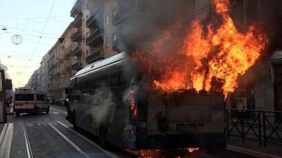 Torino, bus carico di passeggeri prende fuoco in via Cibrario: intossicato l'autista