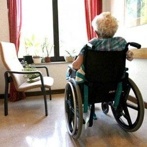 """Torino, ex dipendente di una casa di riposo denuncia:  """"Anziano in fin di vita lasciato nel letto tra la sporcizia"""""""