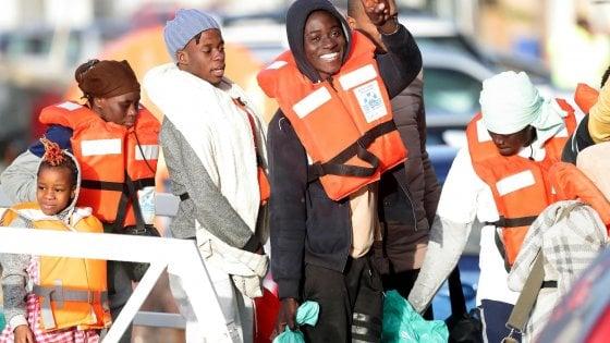 Arriva a Torino un gruppo di migranti della Sea Watch
