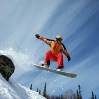 Courmayeur, snowboarder su pista vietata precipita sulle rocce e muore sotto