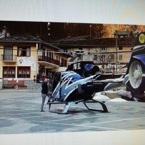 """Atterra con l'elicottero nella piazza del borgo: """"Volevo prendere un caffè al bar con gli amici"""""""