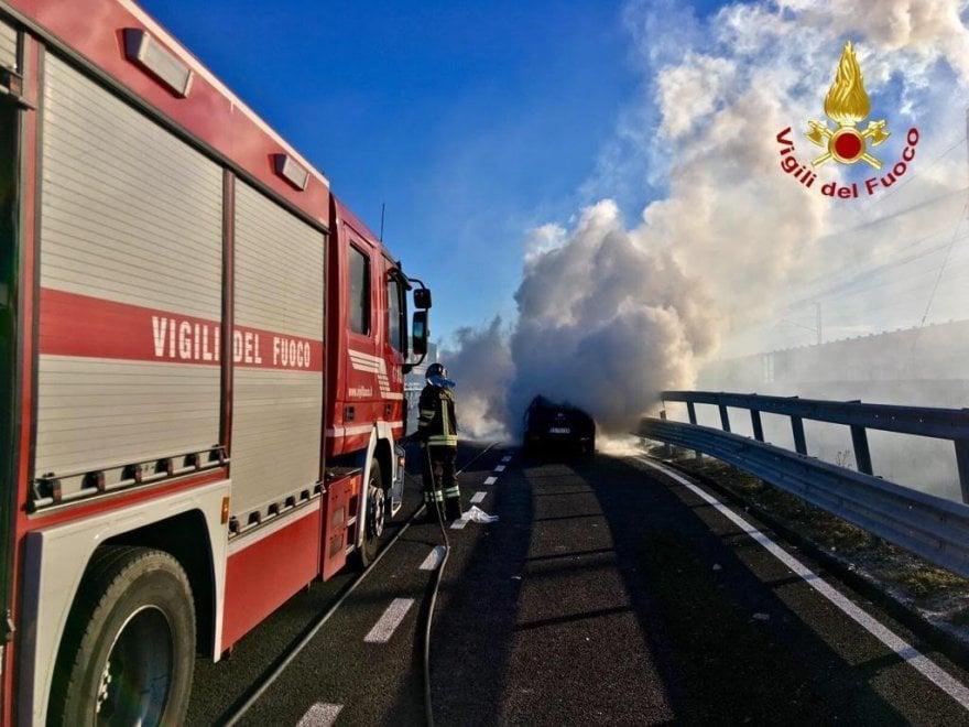 Novara, in fiamme un'auto e un compattatore di rifiuti