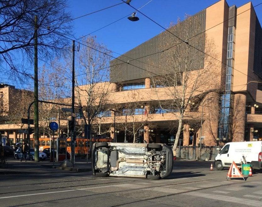 Torino, auto si ribalta davanti a Palazzo di Giustizia