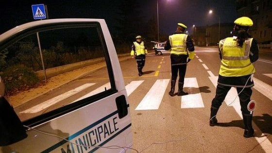 Torino, fugge dai vigili e sperona un'auto passando col rosso: denunciato