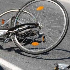 Cade con la bici dopo essere stato sfiorato da un camion: muore 6 anni dopo