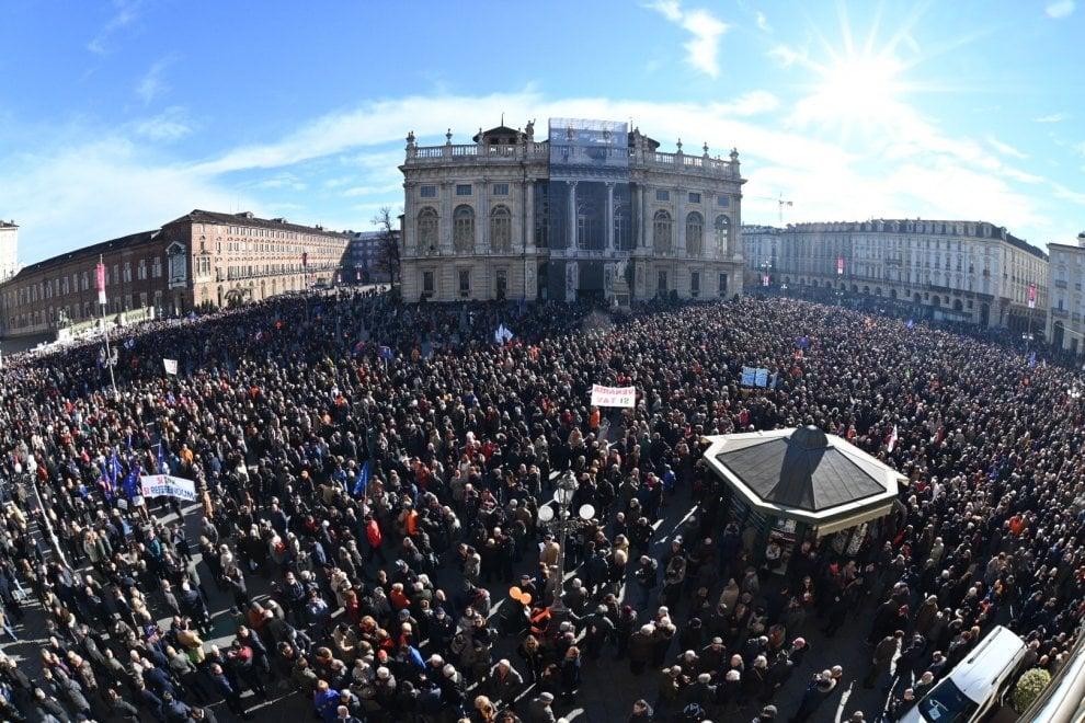 Ecco l'onda arancione della piazza Sì Tav, con  i sindaci in prima fila