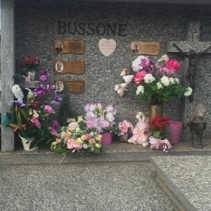 Torino, sciacalli al cimitero: rubano una bacchetta magica dalla tomba di una bambina morta