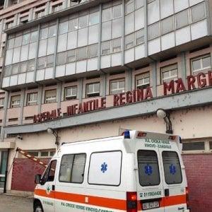 """Torino, bambina malata grave """"adottata"""" dal Comune. Per sei mesi curata dai servizi sociali"""