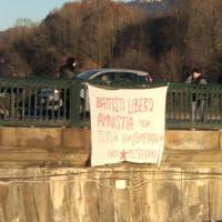 """Torino, uno striscione per """"Battisti libero"""" sul ponte di piazza Vittorio"""