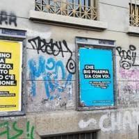 Manifesti no-vax tappezzano le scuole di Torino, polemiche e proteste