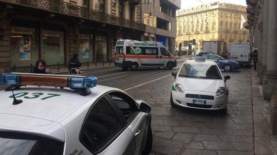 Tenta di uccidere un uomo a colpi di accetta e fugge, a Torino caccia all'aggressore in pieno centro