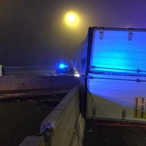 Camionista intrappolato nel Tir che si ribalta sulla Tangenziale: è gravissimo