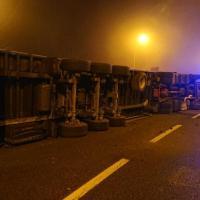 """Scene da un incidente: un """"bisonte"""" rovesciato in Tangenziale"""