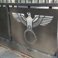 Aosta, aquila nazista sui cancelli di casa: il tribunale dice no al dissequestro