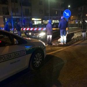 Nichelino: due auto restano bloccate tra le sbarre, il macchinista riesce a fermare il treno