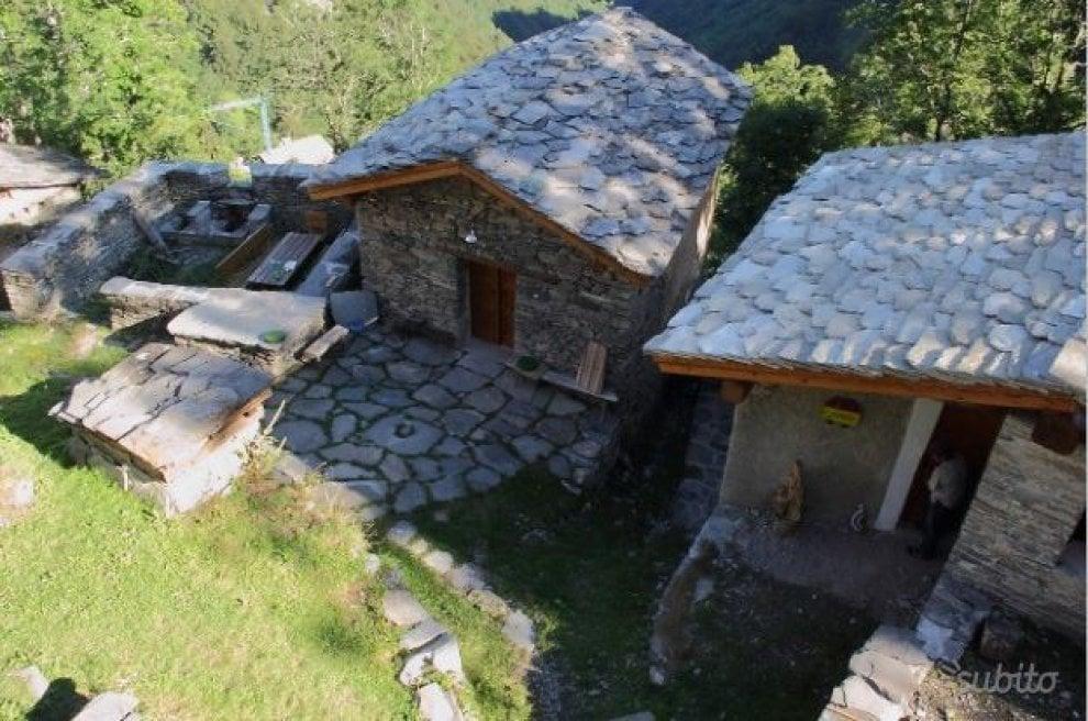 Baite, stalle, pascoli e fontana: borgata di montagna in vendita sul sito di annunci