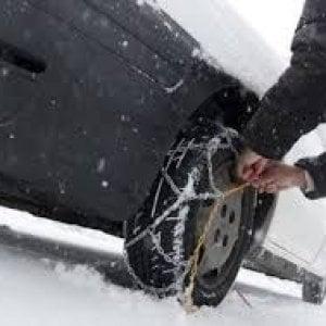 Asti, travolto dall'auto mentre monta le catene da neve