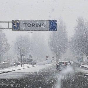 Nevica fitto su Torino, sospese quattro linee di bus verso la collina