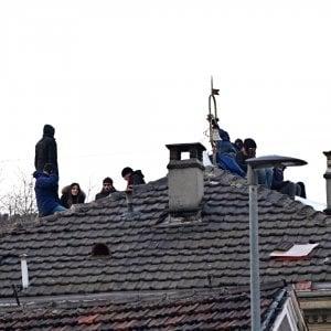 """Torino: sgomberato il centro sociale """"L'Asilo"""", sei arresti. Tra le accuse un attentato all'ambasciata francese"""