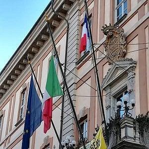 Il sindaco di Cuneo appende la bandiera francese al balcone del municipio