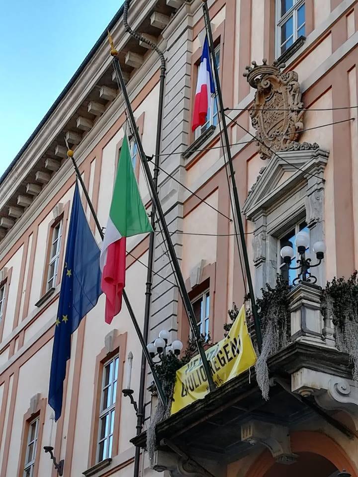 Cuneo, il prefetto fa rimuovere la bandiera francese dal balcone del municipio
