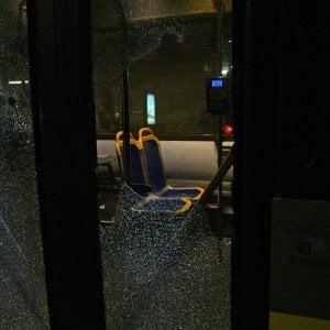 Torino, scontri al corteo degli anarchici, i black bloc assaltano un bus di linea, terrorizzando autista e passeggeri