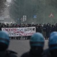 Torino, Casa Pound e anarchici si sfidano: la polizia li tiene lontani