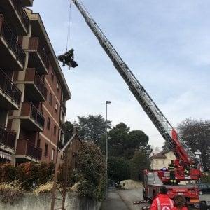 E' troppo pesante: per portarla in ospedale i vigili del fuoco la calano dal balcone con una gru